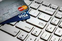 Robiący zakupy online właśnie jeden wchodzić do guzika z kredytowymi kartami Obrazy Stock