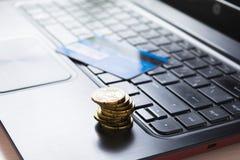 Robiący zakupy online z kredytowymi kartami, online zapłata Zdjęcie Stock