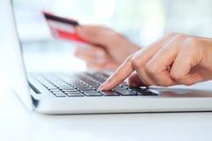 Robiący zakupy onlinego use kredytową kartę płacić online Zdjęcia Stock