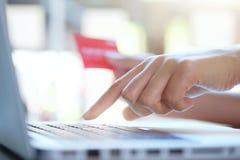 Robiący zakupy onlinego use kredytową kartę płacić online Fotografia Royalty Free