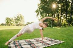 robić ćwiczeń kobiety joga zdjęcia royalty free