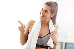 robić ćwiczeń sprawności fizycznej domu kobiety Fotografia Stock