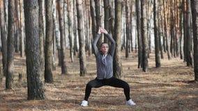 robić ćwiczeń sprawności fizycznej kobieta kobiety dziewczyna bieg w parku i doskakiwanie zbiory wideo