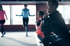 robić ćwiczenia sprawności fizycznej grupy ludzi Fotografia Royalty Free