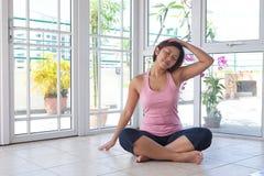 robić ćwiczenia szyi rozciągania kobiety Fotografia Stock