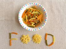 Robi posiłkowi synchronizować zabawę dla dzieciaków - pojęcie obraz royalty free