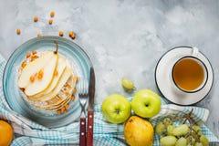 Robić śniadanie: amerykan stylowi bliny słuzyć z jagodami, bonkretą i miodem z filiżanką herbata na betonowym tle, wierzchołek ry Fotografia Royalty Free