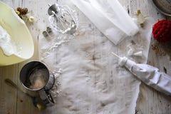 Robić białemu bożemu narodzeniu słodkim bezom z granatowem Fotografia Stock