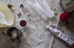 Robić białemu bożemu narodzeniu słodkim bezom z granatowem Zdjęcie Royalty Free