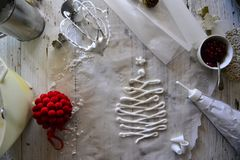 Robić białemu bożemu narodzeniu słodkim bezom z granatowem Zdjęcia Royalty Free