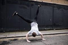 Robić Cartwheel w ulicie zdjęcia stock