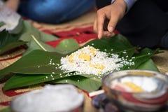 Robić Chung tortowi ręki zbliżeniem, Chung tort jest znacząco tradycyjnym Wietnamskim księżycowym nowego roku Tet jedzeniem Zdjęcie Royalty Free