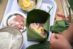 Robić Chung tortowi ręki zbliżeniem, Chung tort jest znacząco tradycyjnym Wietnamskim księżycowym nowego roku Tet jedzeniem Obraz Royalty Free
