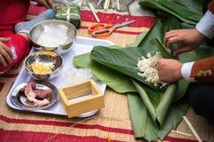 Robić Chung tortowi ręki zbliżeniem, Chung tort jest znacząco tradycyjnym Wietnamskim księżycowym nowego roku Tet jedzeniem Obrazy Stock