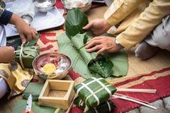 Robić Chung tortowi ręki zbliżeniem, Chung tort jest znacząco tradycyjnym Wietnamskim księżycowym nowego roku Tet jedzeniem Zdjęcia Royalty Free