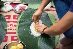 Robić Chung tortowi ręki zbliżeniem, Chung tort jest znacząco tradycyjnym Wietnamskim księżycowym nowego roku Tet jedzeniem Zdjęcie Stock