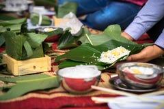 Robić Chung tortowi ręki zbliżeniem, Chung tort jest znacząco tradycyjnym Wietnamskim księżycowym nowego roku Tet jedzeniem Fotografia Royalty Free