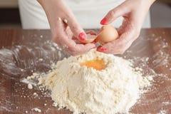 Robić ciasta ciastu dla węgra torta serifs Piekarniany miesza f obrazy stock