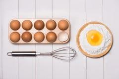Robić ciasta tłu wypiekowy tło z surowymi jajkami, cukier, Obrazy Stock