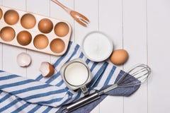 Robić ciasta tłu wypiekowy tło z surowymi jajkami, cukier, Zdjęcie Stock