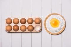Robić ciasta tłu wypiekowy tło z surowymi jajkami, cukier, Zdjęcia Stock