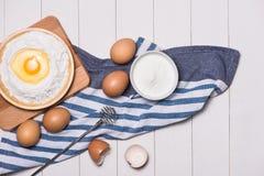 Robić ciasta tłu wypiekowy tło z surowymi jajkami, cukier, Obraz Royalty Free