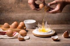 Robić ciasta tłu wypiekowy tło z surowymi jajkami, cukier, Fotografia Royalty Free