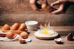 Robić ciasta tłu wypiekowy tło z surowymi jajkami, cukier, Obraz Stock