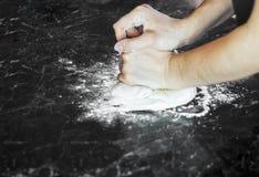 Robić ciastu kobiet rękami w domu Obrazy Royalty Free