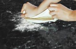 Robić ciastu kobiet rękami w domu Obraz Royalty Free
