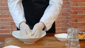 Robić ciastu samiec rękami na drewnianym stole Obrazy Stock