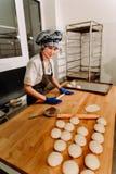 Robić cynamonowym babeczkom Domowej roboty surowy drożdżowy ciasto po podnosić przygotowywam piec Obraz Royalty Free