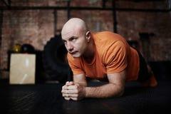 Robić deski ćwiczeniu w Gym fotografia royalty free