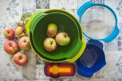 Robić Domowej roboty Jabłczanemu kulebiakowi z Kolorowymi pucharami obrazy stock