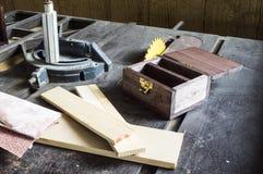 Robić drewnianemu pudełku używa stół zobaczył Obraz Stock