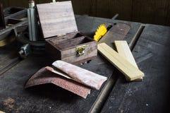 Robić drewnianemu pudełku używa stół zobaczył Obrazy Royalty Free
