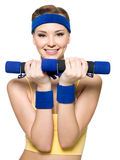 robić dumbbells ćwiczenia sprawności fizycznej kobiety Zdjęcia Stock