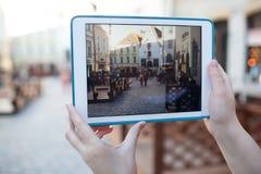 Robić fotografii lub wideo z ochraniaczem wewnątrz stara ulica Obraz Stock