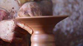Robić garncarstwu z ręką na ceramiczny koło kamery przechylać zdjęcie wideo