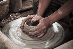Robić glinianemu garnkowi obraz stock