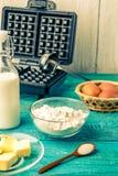 Robić gofrom mleko, jajka i mąka w domu, - gofrów składniki i żelazo - zdjęcie royalty free