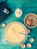 Robić gofrom mleko, jajka i mąka w domu, - gofra żelazo, ciasto naleśnikowe w pucharze i składniki, - fotografia royalty free