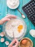 Robić gofrom mleko, jajka i mąka w domu, - gofra żelazo, ciasto naleśnikowe w pucharze i składniki, - zdjęcia royalty free