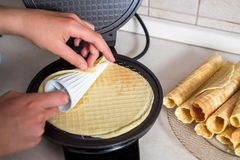 Robić gofrom mleko, jajka i mąka w domu, - gofra żelazo, ciasto naleśnikowe w pucharze i składniki, - Kulinarny tło obraz royalty free