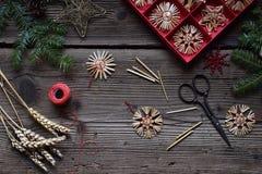 Robić handmade boże narodzenia bawi się od słomy z twój swój rękami Children&-x27; s DIY pojęcie Robić xmas drzewa dekoraci obrazy royalty free