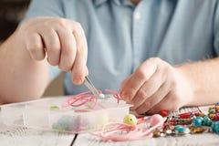 Robić handmade jewellery, frontowy widok męskie ręki Fotografia Royalty Free