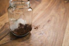 Robić kakaowemu napojowi w szklanym słoju z rękojeścią na drewno stole, dodaje wodę Obrazy Royalty Free