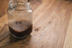 Robić kakaowemu napojowi w szklanym słoju z rękojeścią na drewno stole, dodaje wodę Obrazy Stock