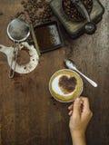 Robić kawie na starym drewnianym stole fotografia stock