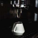 Robić kawie przy kawową maszyną Fotografia Stock